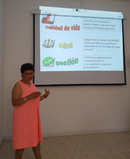 Susana López, una de las facilitadoras, explicando en la reunión.